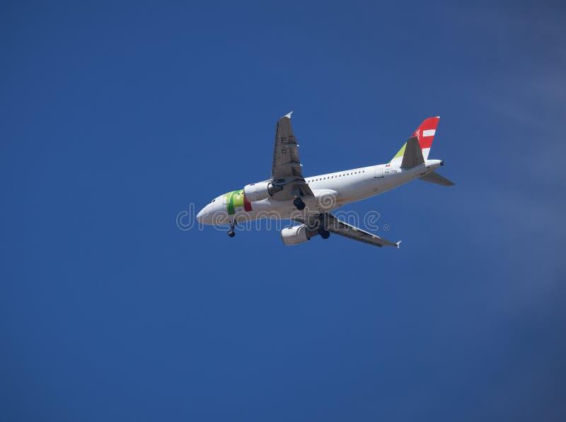 轻拍在天空的Pogtugal飞行飞机  图库摄影