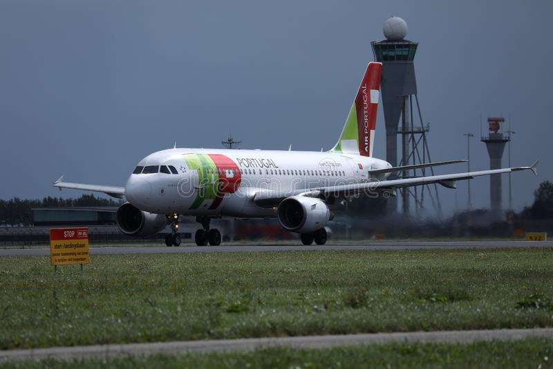 轻拍在跑道的葡萄牙航空飞机在阿姆斯特丹史基浦机场AMS中 免版税库存照片