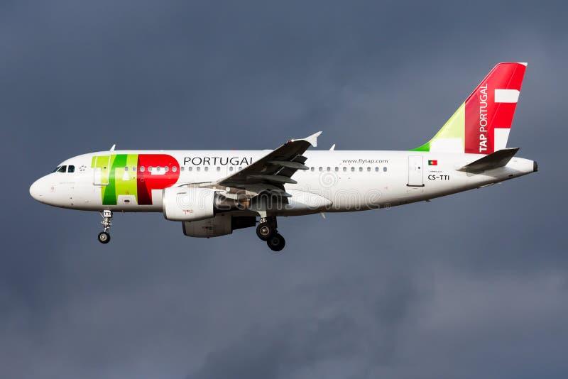 轻拍葡萄牙航空空中客车A319 CS-TTI在法兰克福国际机场的客机着陆 免版税库存图片