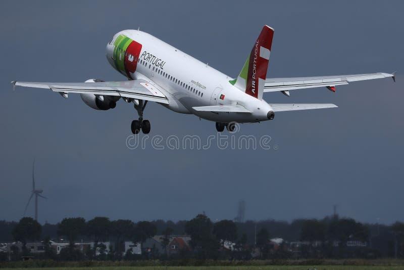 轻拍起飞从跑道的葡萄牙航空飞机 免版税库存照片