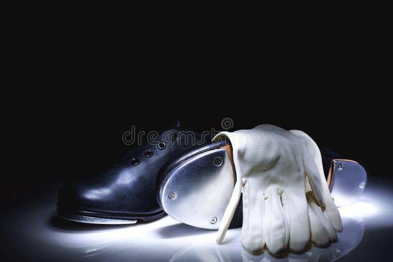 轻拍鞋子和手套 免版税库存照片