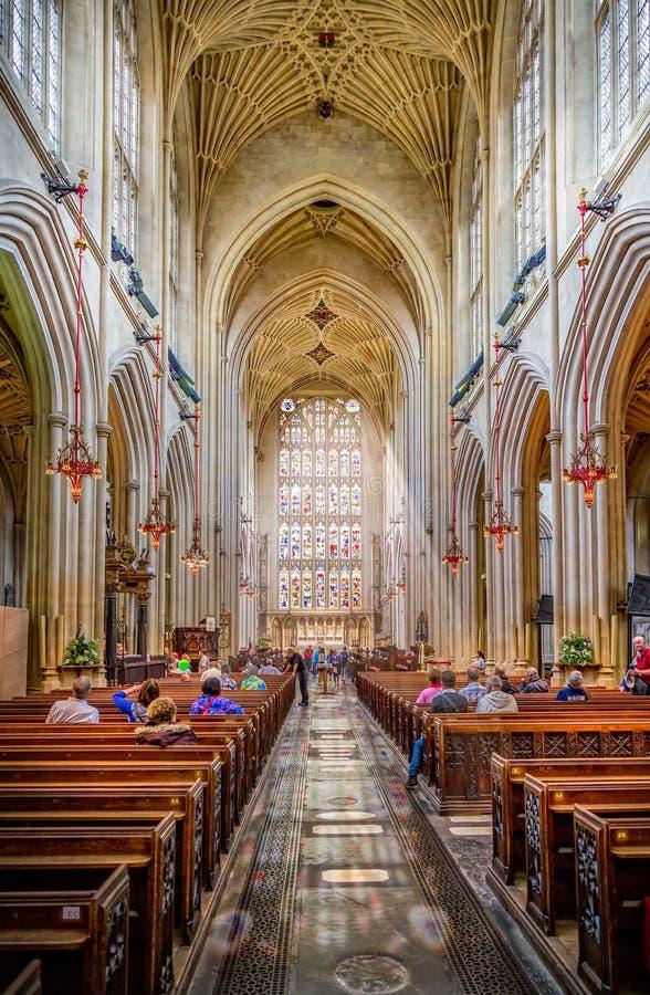 轻放出通过在巴斯修道院教堂,萨默塞特,英国里面的污迹玻璃窗 图库摄影