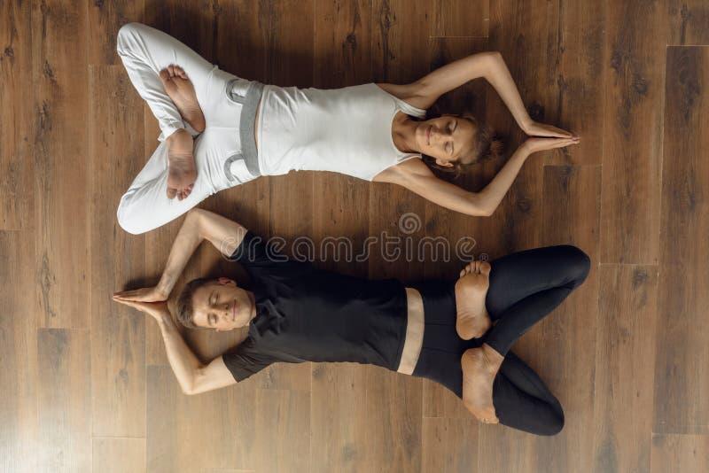 轻松的信奉瑜伽者人民 免版税图库摄影