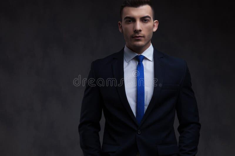 轻松的商人佩带的海军衣服和蓝色领带画象  库存照片