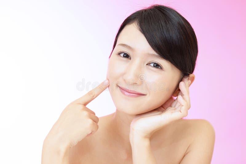 轻松的美丽的年轻女人 免版税库存图片