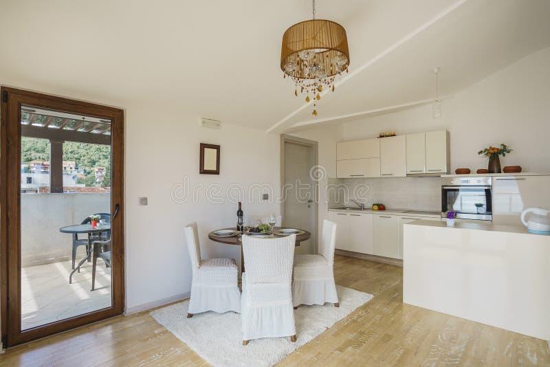 轻的厨房内部别墅的 库存照片