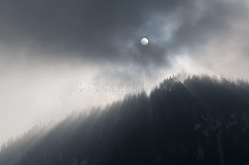 轻的山神秘的超出星期日数量 库存照片