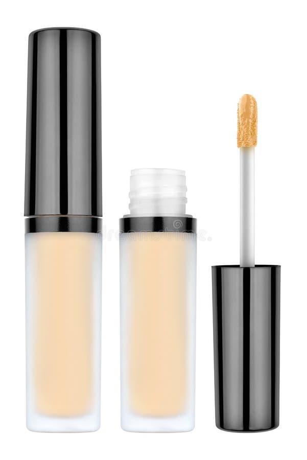 轻的米黄闭合颜色液体的concealer和开放瓶和刷子,使用为报道在皮肤的伤疤,隔绝在白色 库存照片