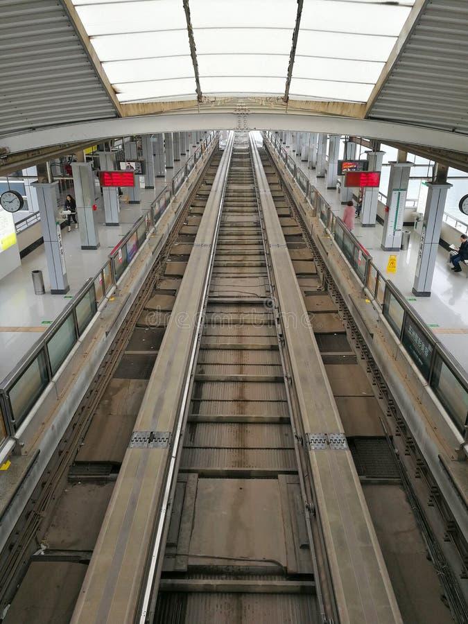 轻的路轨火车站 库存图片