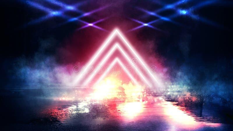 轻的金字塔三角 霓虹三角在中心,光,光芒,烟 图库摄影