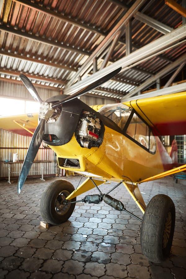 轻私人飞机身分在飞机棚子,准备好修理和服务工作 免版税库存照片