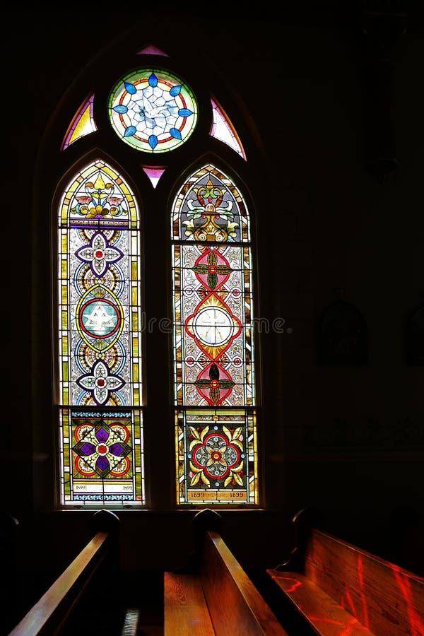 轻虽则发光冰屑玻璃高哥特式窗口 库存图片