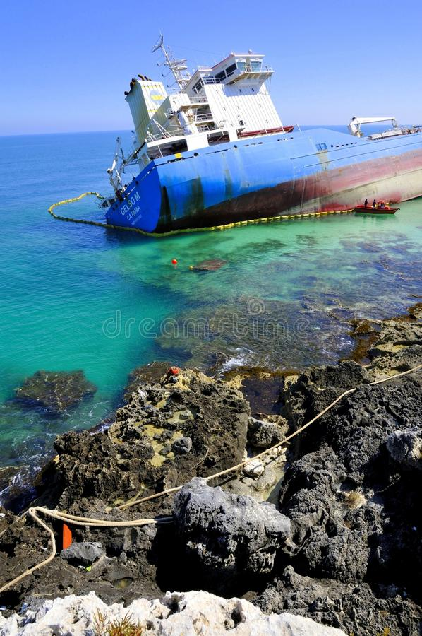 轻质油海运罐车水击毁了 库存图片