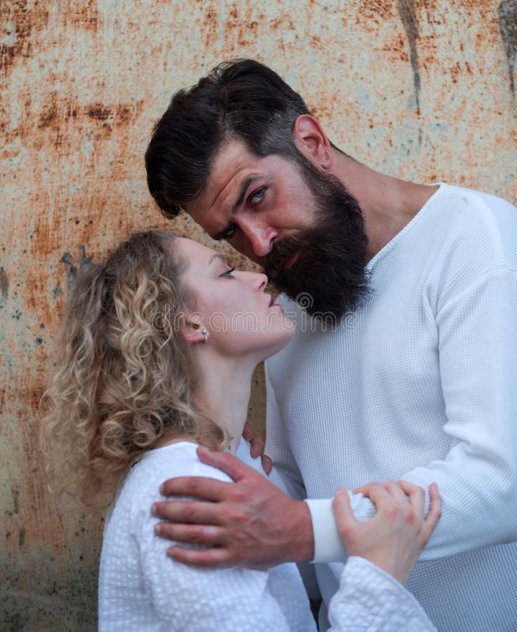 轻轻地亲吻充满欲望的热情的人美女 爱情故事或画象夫妇在爱 富感情的夫妇 免版税库存照片
