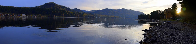 轻轻地倾斜,与长的舒展的捷列茨科耶湖西部岸的全景 照片拍了秋天da 库存图片
