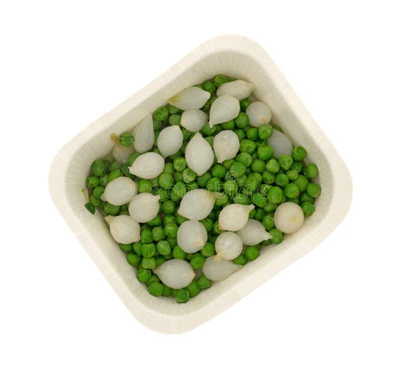 载纸盘用煮熟的珍珠洋葱和绿豆 免版税库存图片