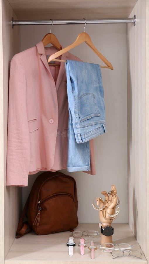 辅助部件和时髦的衣裳的汇集在衣橱 图库摄影