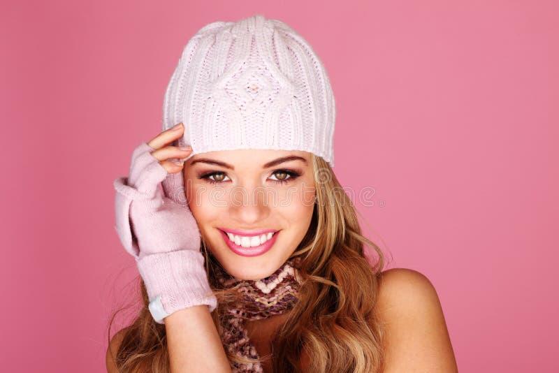 辅助部件微笑的冬天妇女 免版税库存照片