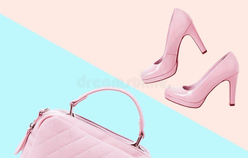 辅助部件衣裳时尚集合 时髦的妇女辅助部件变粉红色提包传动器和鞋子在五颜六色的背景 夏天 图库摄影