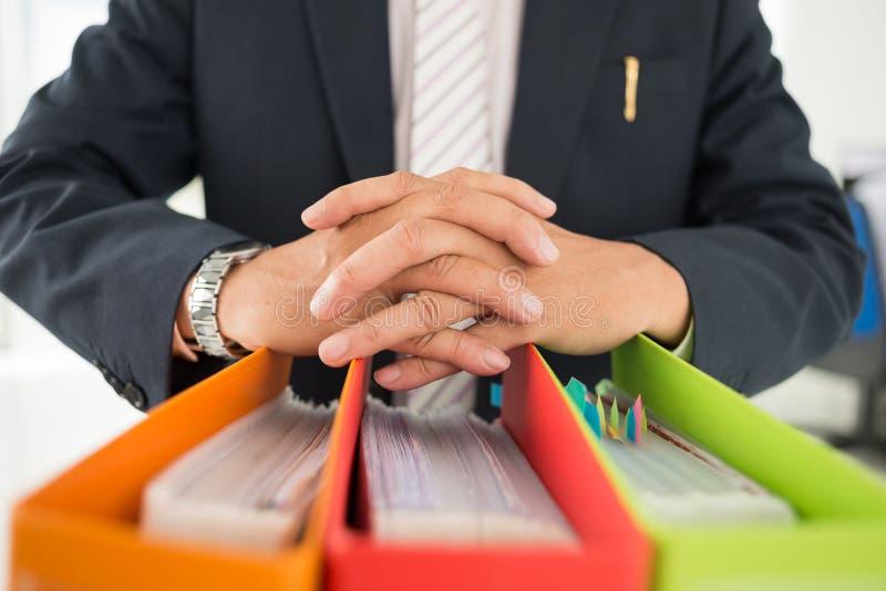 辅助部件文件夹下办公室纸张 免版税库存照片