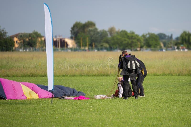 辅导员在发射以后帮助在地面上的老飞将军人 免版税图库摄影