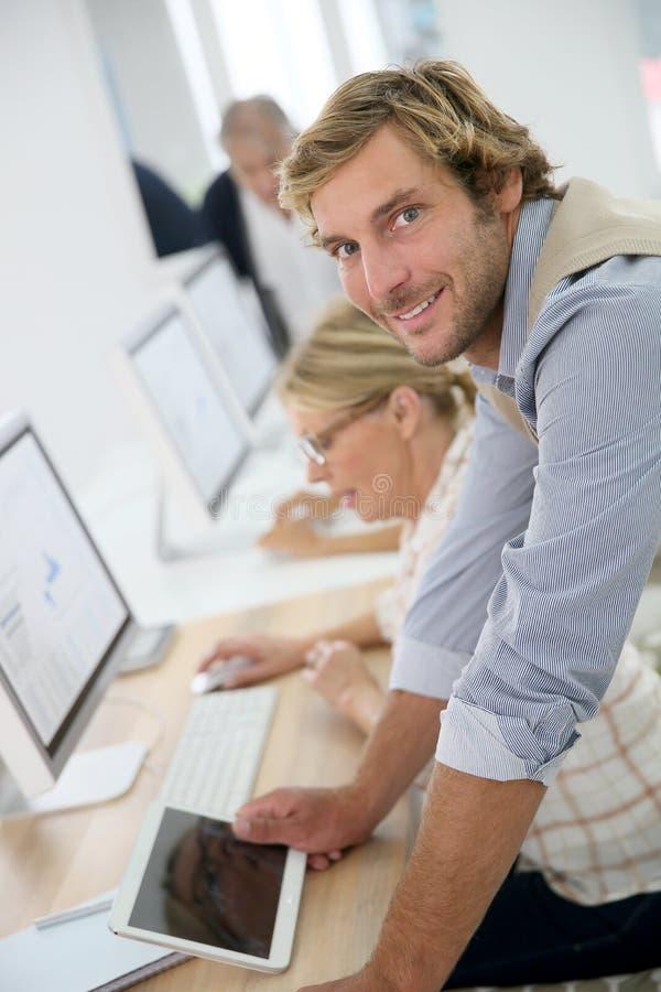 年轻辅导员画象资深业务分类的 库存照片