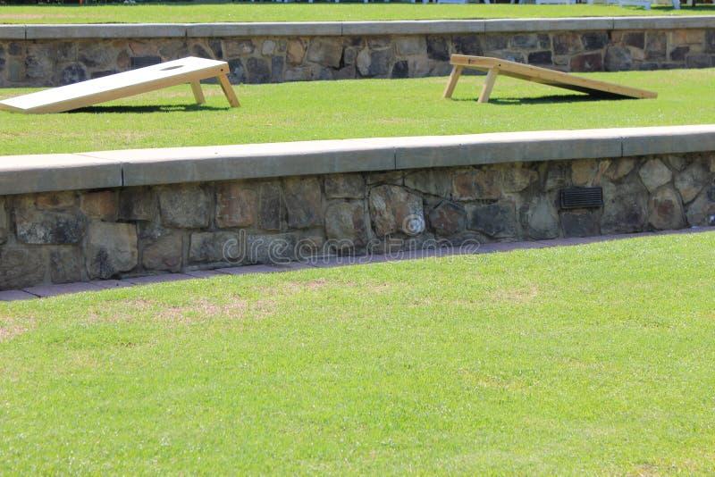 辎重袋抛CORNHOLE围场比赛夏天室外庆祝 免版税库存照片