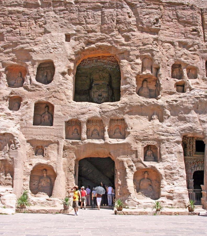 输入其中一个洞在云岗石窟,瓷的游人 库存图片