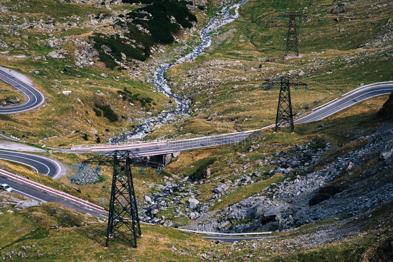 美妙的山景 输电在很难接触到地方,电交付 Transfagarasan高速公路,最 免版税库存照片