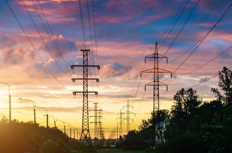 输电线,日落晚上天空和透视街道在城市图片