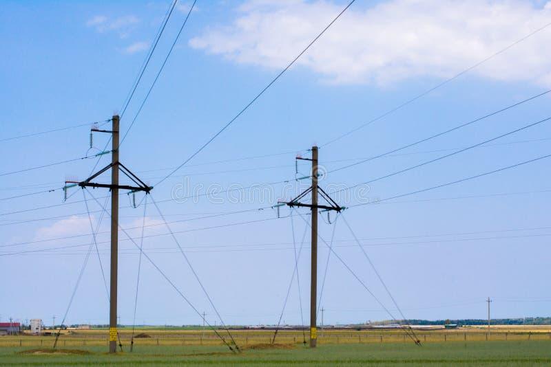 输电线和定向塔在乡区 免版税库存图片