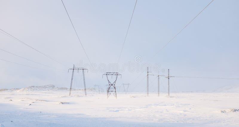 输电线在冬天 免版税库存图片