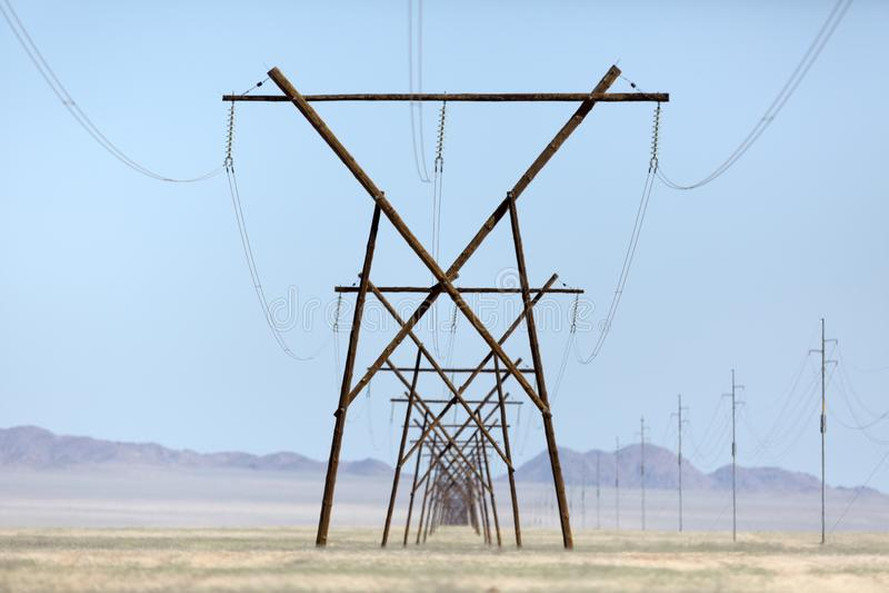 输电线在纳米比亚沙漠 免版税库存照片