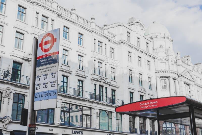 输送管道街道公共汽车站在伦敦市中心 免版税库存照片