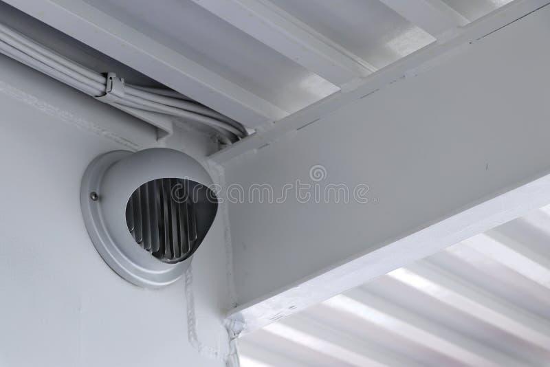 输送透气尾气的通风孔在墙壁登上了 库存照片