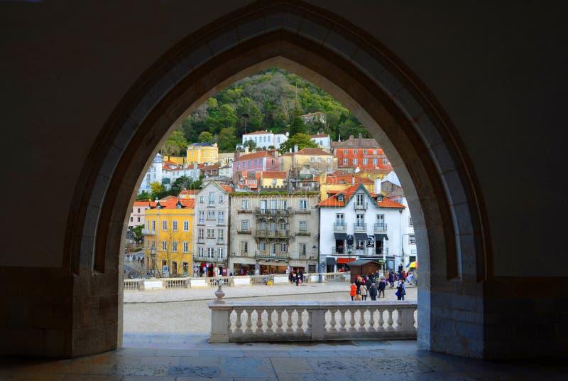 辛特拉看法通过国家宫的拱道 库存图片