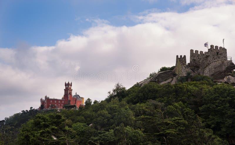 辛特拉 Castelo dos Mouros和Palà ¡ cio Nacional da贝纳 库存照片