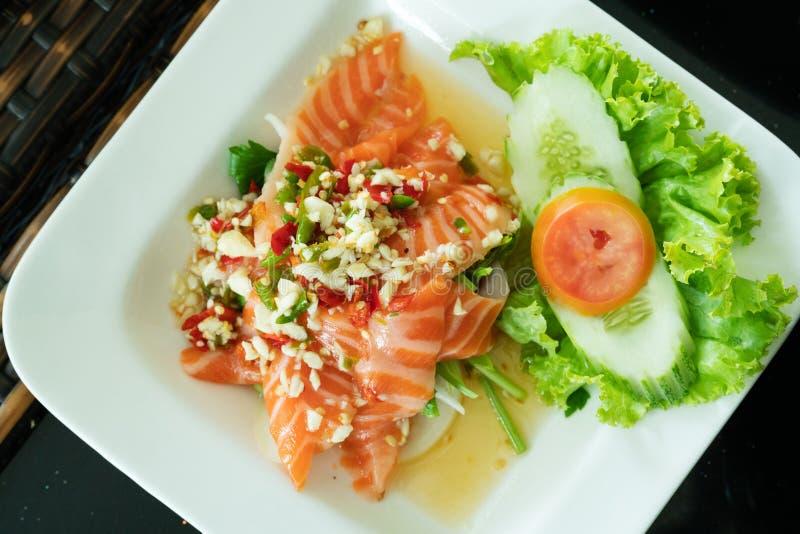 辣三文鱼沙拉用新鲜的辣椒和大蒜,泰国食物样式 家做了食物 一顿鲜美和健康膳食的,顶视图概念 库存照片