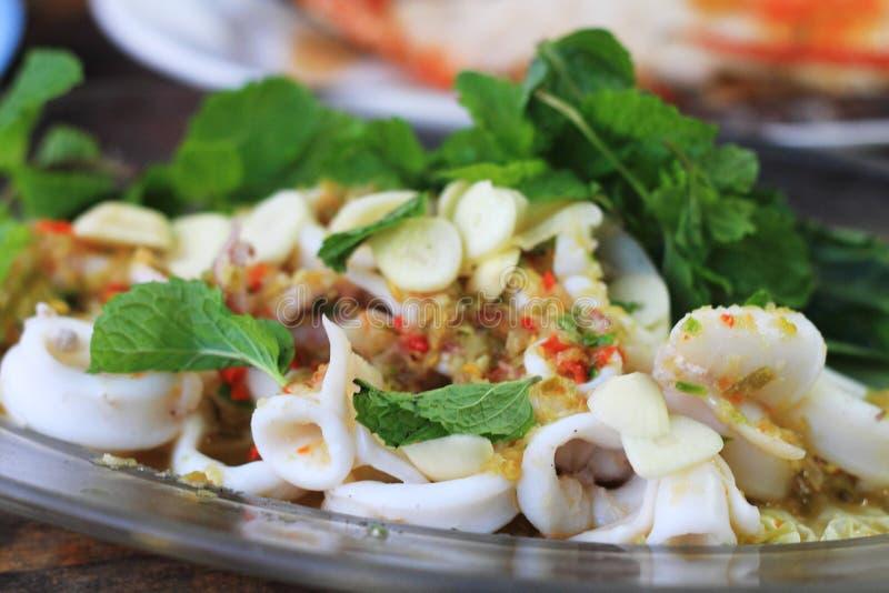 辣乌贼用柠檬沙拉,泰国样式海鲜 库存照片