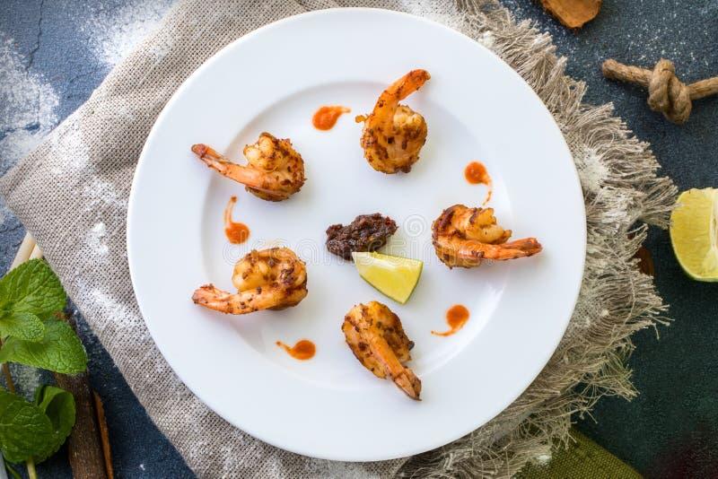 辣在一块白色板材的虾越南食谱 库存照片