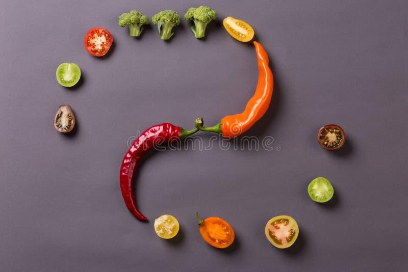 辣椒用蕃茄和硬花甘蓝在灰色背景 库存照片