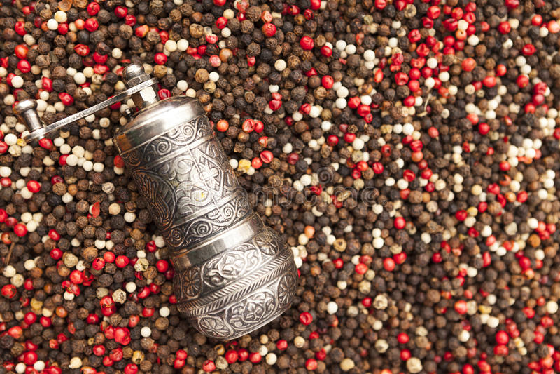辣椒种子和胡椒磨 在土气市场上的红色,黑白胡椒特写镜头 免版税库存图片