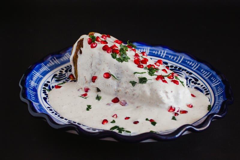 辣椒en Nogada传统墨西哥烹调在普埃布拉墨西哥 免版税图库摄影