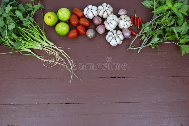 辣泰国汤汤姆薯类的成份在木背景 免版税库存照片