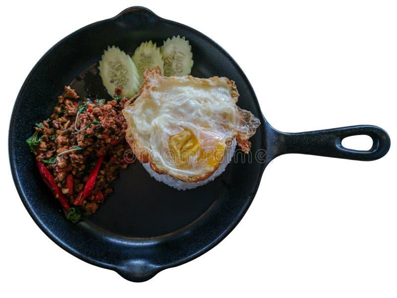 辣泰国食物米冠上了混乱油煎的猪肉和蓬蒿与荷包蛋孤立在白色背景和裁减路线 图库摄影