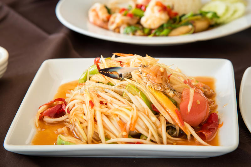 辣海鲜番木瓜沙拉& x28; 索马里兰TAM THAI& x29;在白色的泰国烹调 库存图片