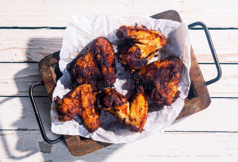 辣用卤汁泡的烤鸡翼 库存图片