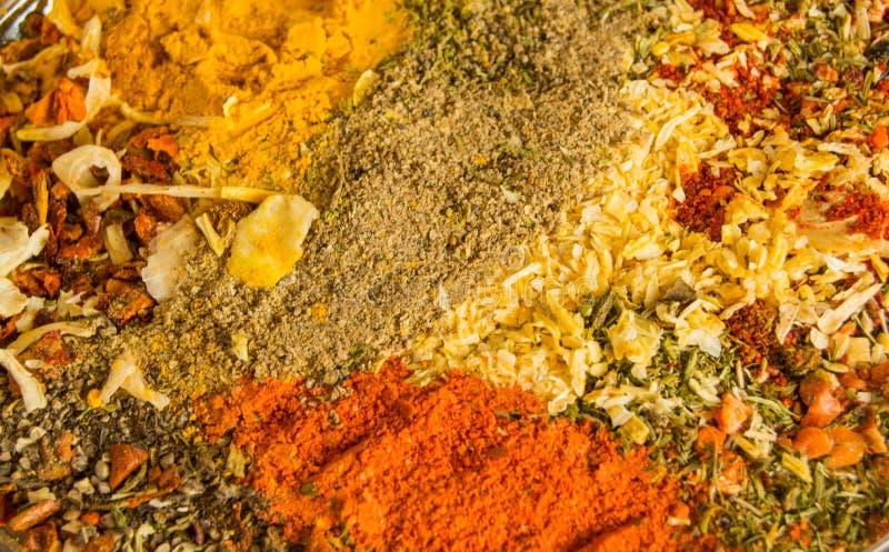 辣背景用各种各样的辣椒、咖喱、胡椒和其他香料混合物  复制空间 免版税库存照片