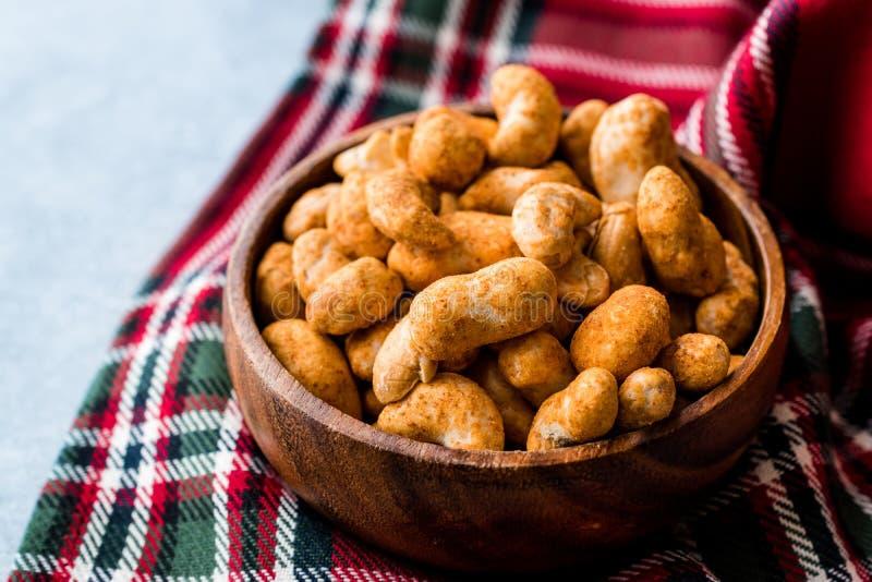 辣腰果用炸玉米饼香料调味汁在木碗的 免版税图库摄影