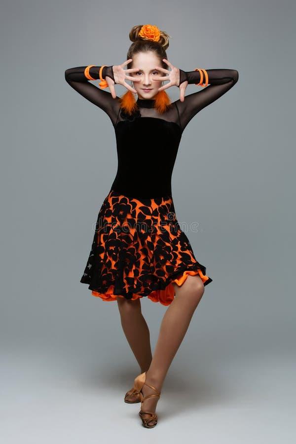 辣调味汁礼服的美丽的舞厅舞蹈家 库存图片